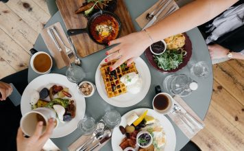 a table of healthy food options for eating healthy while dining out