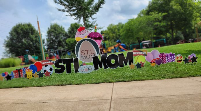 Balloon Art by Goloongo that says STL MOM